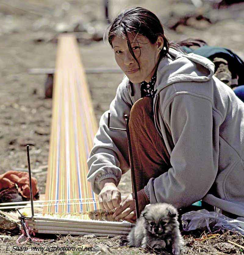 Weaving-traditional-dress.-Haa,-Bhutan