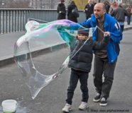 Bubble maker on the Louis Phillippe bridge